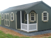 деревянный гараж с крыльцом