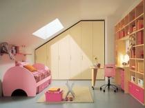 Комната девочки на мансарде под односкатной крышей