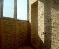 Балкон, полностью облицованный декоративным камнем