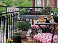 На открытом балконе будет уместна складная мебель и вазоны