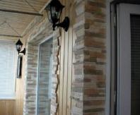 Пример применения декоративного камня и деревянной вагонки