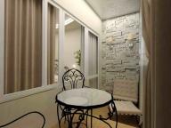 Кованая мебель придает утонченности интерьеру балкона