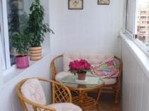 Плетеная мебель в интерьере лоджии