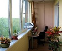 Зонирование кабинета на балконе
