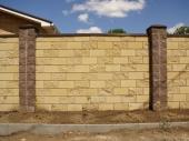 кирпичный забор вокруг дома