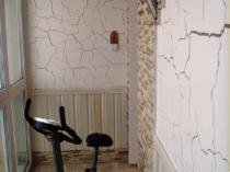 Велотренажер в спортзале на лоджии