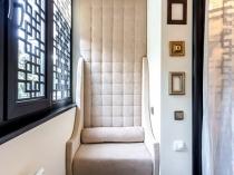 Раскладное кресло в комнате отдыха на лоджии
