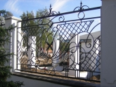 забор с ковкой вокруг дома