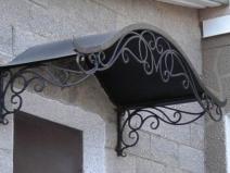 деревянный козырек над крыльцом