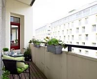 Для открытого балкона подойдет легкая мебель