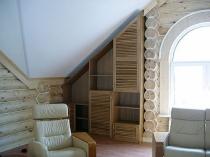 Встроенный шкаф с полками на деревянной мансарде