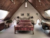 Обустройство спальни на большой мансарде