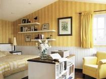 Дизайн спальной комнаты мансарды в бежевых тонах