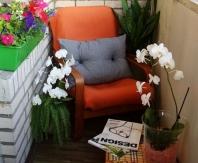 Несаколько вазонов и пара удобных кресел - место для отдыха на балконе готово