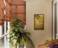Мягкие тона декоративной штукатурки и контрастные римские шторы создают уютную обстановку на балконе