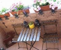 Легкая складная мебель уместна для открытого балкона