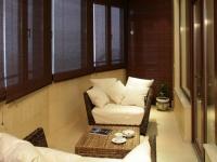 Плетеная мебель и шторы на балконе