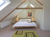 Современный дизайн спальни на мансарде