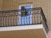 Кованые перила на балконе