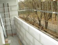 Укрепление парапета при помощи бетонных блоков