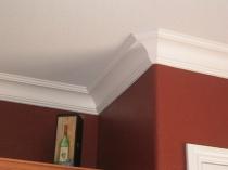 Широкий потолочный плинтус белого цвета
