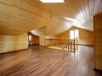 Деревянный потолок на мансардном этаже