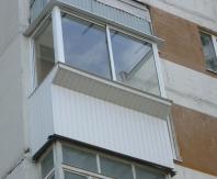 На таком небольшом балконе вынос по подоконнику будет весьма кстати