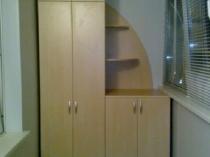 Встроенный шкаф с открытыми полками на лоджии