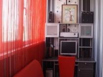 Стеллажи и мягкая мебель для лоджии