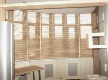 Пример бамбуковых штор на совмещенном балконе