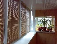 Жалюзи прекрасно затеняют солнечный балкон