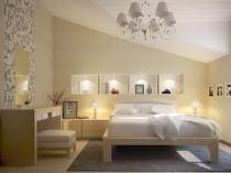 Дизайн спальни на мансарде в бело-бежевых тонах