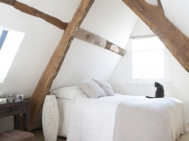 Оформление спальни на мансарде в в рустикальном стиле