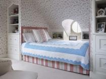 Встроенные шкафы в спальне на мансарде