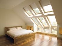 Большие мансардные окна в спальне