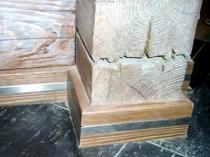 Деревянный плинтус с металлической вставкой