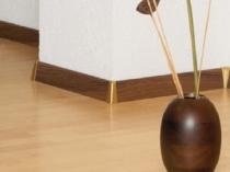 Пластиковый плинтус для пола из ламината