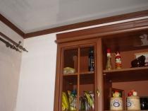 Деревянный шпонированный плинтус на потолке
