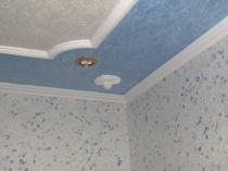 Полиуретановый плинтус для потолка с отделкой обоями