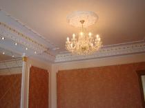 Пенополиуретановый плинтус на гипсокартонном потолке