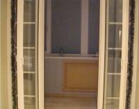 Распашные пластиковые двери на балкон