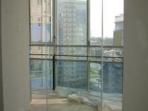 Безрамное остекление выхода на балкон